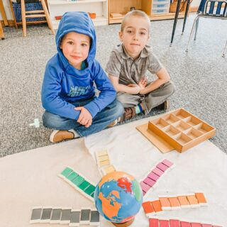 These boys are working with the COLOR TABLETS, BOX 3. There are seven graded tablets of each color, and they graded the tablets from darkest to lightest. They were up for the challenge of arranging the entire box and making a sunburst!  . . . . . #montessoripreschool #montessorischool #montessorisensorial #duluthmn